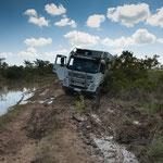 ....und beim Rückwärtsfahren rutschte das Fahrzeug in den Moorgraben.....