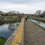 ...der Kanal führt per Brücke über den Fluss Orb...