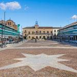 """...der Marktplatz gesäumt von """"Langhäusern"""" mit bunten Fensterläden..."""