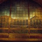 der 20 Tonnen schwere Tiffany Vorhang (öffnet nach oben)
