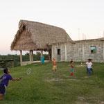 Den Kindern schenkten wir unser Badminton Spiel und ernteten Begeisterung....