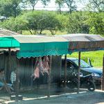 """...Schweinehälften hängen in der Sonne - gibt das besondere """"Aroma""""..."""