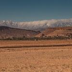 ...im Hintergrund die 3 - 4000 m hohen Atlas Berge...