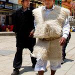 ....die Männer tragen Wollumhänge: schwarz oder weiß.....
