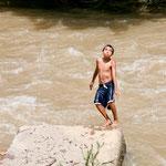 """Der wilde """"Rio Cuale"""" ist ein Paradies für Kinder....."""