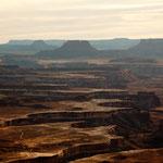 """rechts der Colorado und im Hintergrund """"mesas"""""""