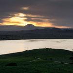 im Hintergrund ein Tafelberg oder Vulkan