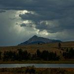 Yellowstone River und dahinter Berge des Yellowstone Parks