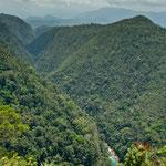 ganz tief unten der türkisblaue Rio Euseba