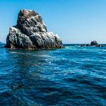...die Felsen sind alle weiß angemalt - machen die Pelikane, Kormorane und Tölpel...