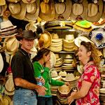 Uwe und Claudia beim Hutkauf