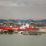 ....Schiffe im Hafen von Panama City.....