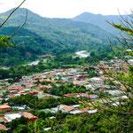 ....Orosi ist umrahmt von hohen, grünen Bergen