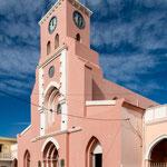 ...rosa Kirche von Tinogasta...
