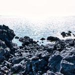 ...schwarze Lava vor dem silbernen Atlantik...