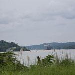 Lago Gatún mit einem in die Schleuse fahrenden Riesenschiff.....