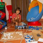 Martin jun. inmitten seinen herrlichen Legobausteinen