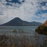 .....die alles überragenden Vulkane säumen diesen See....