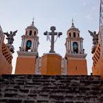 """Die """"Santuario  de Nuestra Senora de los Remedios"""" auf der ehemaligen riesigen Pyramide"""