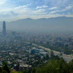 Santiago liegt umgeben von hohen Bergen...
