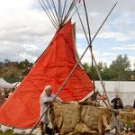 Auch Weiße bauen ihre Stände im Indianerstil auf