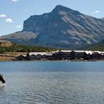 """Im Hintergrund die """"Many Glacier Lodge"""""""
