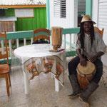 Ein Garifuna Trommel verkauft seine Trommeln und gibt Unterricht.