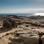 ...umgeben von Sand und teilweise skurilen Felsformationen...