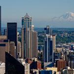 """der riesige Mt. Rainier scheint im Hintergrund zu """"schweben"""""""
