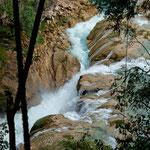 Der nicht kleine Fluss zwängt sich durch engste Canyons