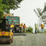 Strassenbau wird hier noch größtenteils von Hand gemacht.....
