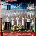 Ein Gemälde an der Hauswand zeigt indianische Mythologie
