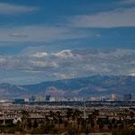 Las Vegas und im Hintergrund Schneeberge
