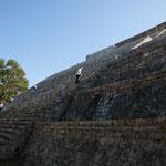 """....die """"große Pyramide"""" ist 32 m hoch und liegt auf einer Anhöhe...."""