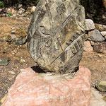 Diese Steinfiguren sind Kunstwerke der indigenen Gemeinde...