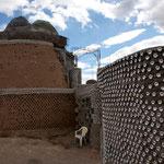 Hier ein Haus bei dem viele Getränkebüchsen und -flaschen verwendet wurden