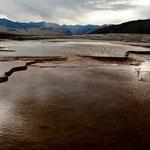 Riesige flache Kalkbecken die sich ununterbrochen verändern