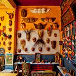 Eine Hauswand mit indianischen Masken