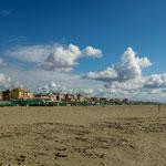 Breiter und extrem langer Sandstrand...