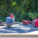 ...die Chilenen vertreiben die Wartezeit auf dem Asphalt...
