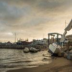 Vom Sturm schwer getroffen lagen immer Boote am Ufer