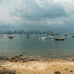 Die skyline von Panama City von einer der Inseln aus.....