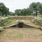 Das Heiligtum der Nuragher: Die Quelle - kunstvoll eingefasst. Unglaublich diese Steinmetzkunst vor 3.000 Jahren