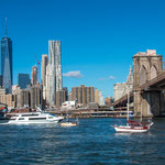 ...East River mit Brooklyn Bridge...