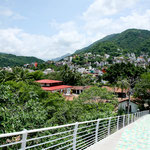"""Moderne Brücke über den Rio Cuale - Hintergrund das """"Gringo - Viertel"""""""