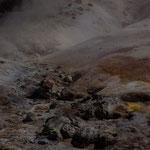 gelbes und rotes Gestein von den Schwefeldämpfen