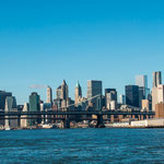 ...Brooklyn Bridge und Manhatten Skyline...