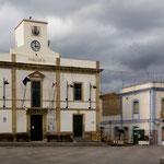 Typisch Sardinien - das Rathaus ist mit der europäischen und der sardischen Flagge beflaggt aber nicht mit der italenischen.