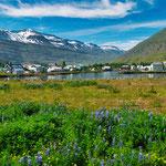 Die Lage von Seydisfjördur ist wunderschön am Meer und gleich dahinter hohe Schneeberge...