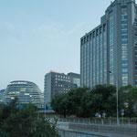 Auch Peking besitzt unzählige und teilweise exotische Riesenbauten....